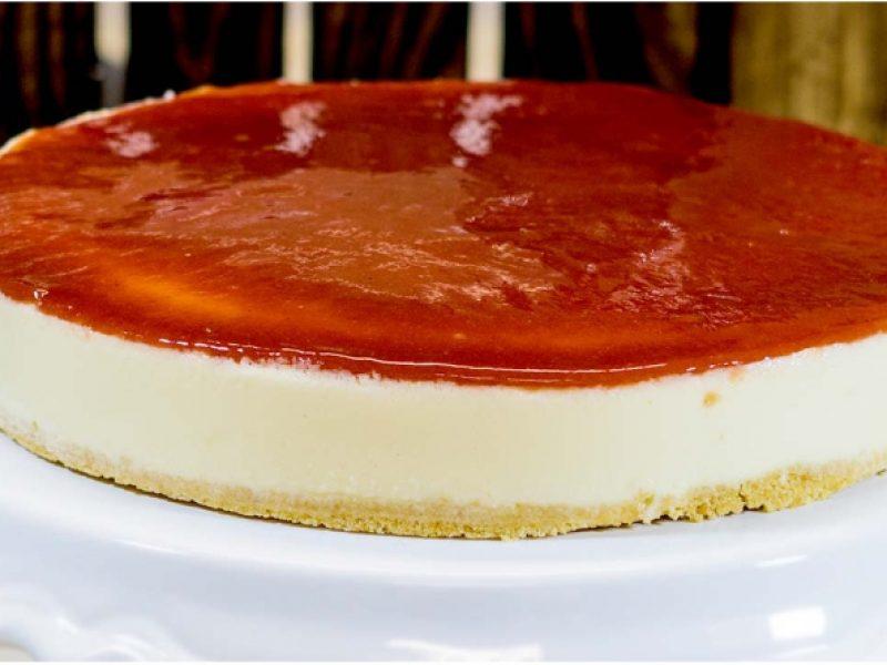Cheesecake com Calda de Goiaba e Crocante de Coco